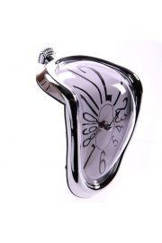 Wygięty zegarek w srebrnej oprawie