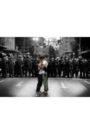 Pocałunek podczas Protestu - Zakochani na tle Kordonu Policji - plakat